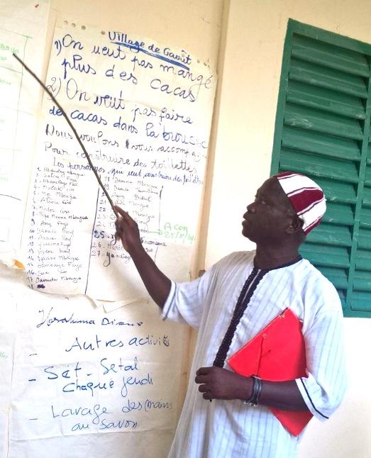 community-member-presenting-odf-action-plan-in-thies-senegal